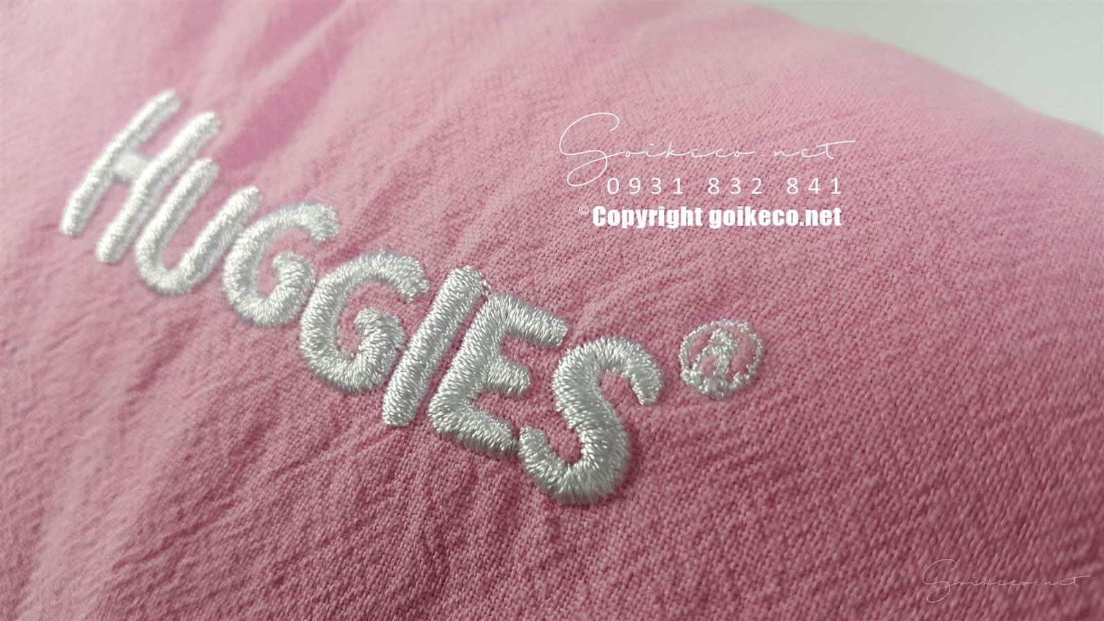 Mặt thêu logo gối tựa lưng huggies