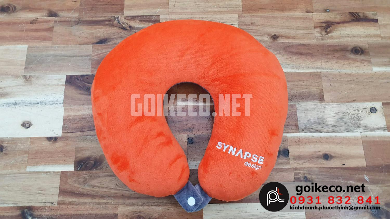 Mặt sau gối chữ U Synapse là màu cam nổi bật