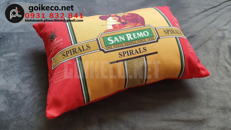 Gối có màu hồng chủ đạo, cũng chính là màu đại diện thương hiệu của San Remo