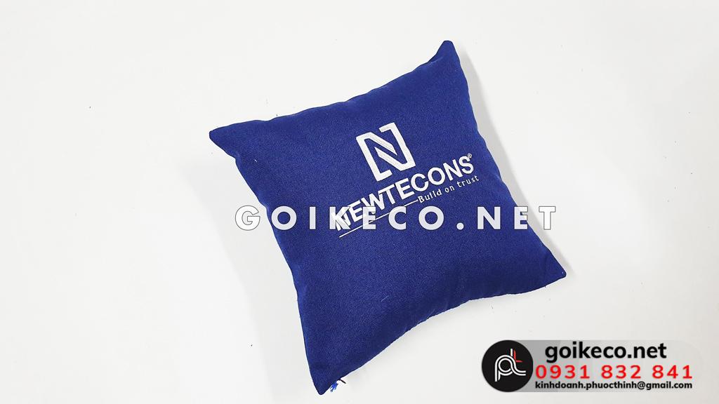 Mặt sau gối lưng Newtecons (1)